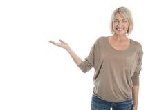 Η απομονωμένη παρουσίαση γυναικών χαμόγελου παλαιότερη ή ώριμη με παραδίδει Στοκ φωτογραφία με δικαίωμα ελεύθερης χρήσης