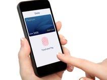 Η απομονωμένη app τηλεφωνικών χρεωστικών καρτών εκμετάλλευσης χεριών γυναικών αφή πληρώνει Στοκ Φωτογραφία