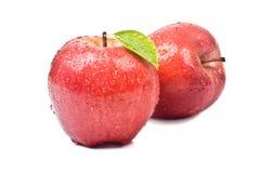 Η απομονωμένη Juicy κόκκινη Apple που απομονώνεται στο λευκό Στοκ φωτογραφίες με δικαίωμα ελεύθερης χρήσης
