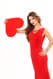 Η αποτελεσματική νέα γυναίκα σε ένα κόκκινο φόρεμα με την κόκκινη καρδιά Valentin Στοκ Εικόνα