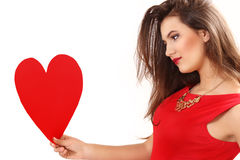 Η αποτελεσματική νέα γυναίκα σε ένα κόκκινο φόρεμα με την κόκκινη καρδιά Valentin Στοκ φωτογραφία με δικαίωμα ελεύθερης χρήσης