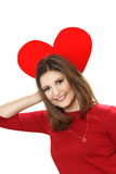 Η αποτελεσματική νέα γυναίκα σε ένα κόκκινο φόρεμα με την κόκκινη καρδιά Valentin Στοκ Εικόνες