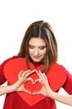 Η αποτελεσματική νέα γυναίκα σε ένα κόκκινο φόρεμα με την κόκκινη καρδιά Valentin Στοκ εικόνες με δικαίωμα ελεύθερης χρήσης