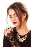 Η αποτελεσματική νέα γυναίκα σε ένα μαύρο φόρεμα στοκ φωτογραφία με δικαίωμα ελεύθερης χρήσης