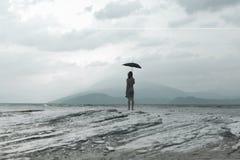 Η απόμερη γυναίκα εξετάζει το άπειρο και τη μη μολυσμένη φύση μια θυελλώδη ημέρα Στοκ φωτογραφία με δικαίωμα ελεύθερης χρήσης