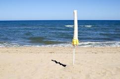 Η απόμερη ομπρέλα, το καλοκαίρι τελειώνει στοκ φωτογραφία με δικαίωμα ελεύθερης χρήσης