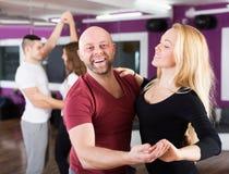 Η απόλαυση ζευγών του συνεργάτη χορεύει Στοκ Φωτογραφία