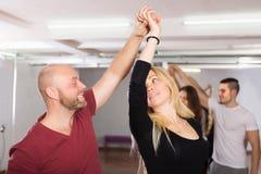 Η απόλαυση ζευγών του συνεργάτη χορεύει Στοκ φωτογραφία με δικαίωμα ελεύθερης χρήσης