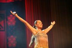 Η απόδοση στη σκηνική ηθοποιό και τον τραγουδιστή της ρωσικής κλασσικής ντίβας Larisa Lusta διασταυρώσεων Στοκ Φωτογραφία