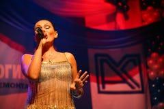 Η απόδοση στη σκηνική ηθοποιό και τον τραγουδιστή της ρωσικής κλασσικής ντίβας Larisa Lusta διασταυρώσεων Στοκ φωτογραφία με δικαίωμα ελεύθερης χρήσης
