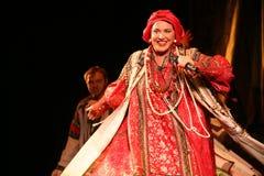 Η απόδοση στο στάδιο του εθνικού λαϊκού τραγουδιστή του ρωσικού babkina nadezhda τραγουδιών και του ρωσικού τραγουδιού θεάτρων Στοκ Φωτογραφία