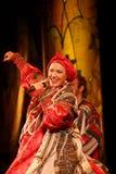 Η απόδοση στο στάδιο του εθνικού λαϊκού τραγουδιστή του ρωσικού babkina nadezhda τραγουδιών και του ρωσικού τραγουδιού θεάτρων Στοκ Φωτογραφίες