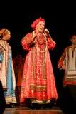 Η απόδοση στο στάδιο του εθνικού λαϊκού τραγουδιστή του ρωσικού babkina nadezhda τραγουδιών και του ρωσικού τραγουδιού θεάτρων Στοκ Εικόνα