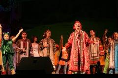 Η απόδοση στο στάδιο του εθνικού λαϊκού τραγουδιστή του ρωσικού babkina nadezhda τραγουδιών και του ρωσικού τραγουδιού θεάτρων Στοκ φωτογραφία με δικαίωμα ελεύθερης χρήσης