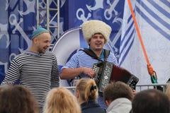 Η απόδοση της ρωσικής συμμορίας Malinovskaya συνόλων ομάδας μουσικής λαϊκής λαϊκής Στοκ Φωτογραφίες