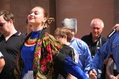 Η απόδοση των μουσικών και των χορευτών του εθνικού ρωσικού συνόλου Sudarushka Cossack Στοκ Εικόνα