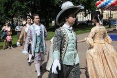 Η απόδοση των υποστηρικτών και των χορευτών του συνόλου ιστορικού κοστουμιού και χορού Vilanella Στοκ Φωτογραφία