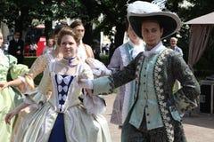 Η απόδοση των υποστηρικτών και των χορευτών του συνόλου ιστορικού κοστουμιού και χορού Vilanella Στοκ Εικόνες