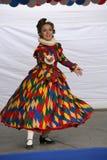 Η απόδοση των υποστηρικτών και των χορευτών του συνόλου ιστορικών ανηψιών Rameau κοστουμιών και χορού Στοκ Φωτογραφίες