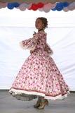 Η απόδοση των υποστηρικτών και των χορευτών του συνόλου ιστορικών ανηψιών Rameau κοστουμιών και χορού Στοκ εικόνα με δικαίωμα ελεύθερης χρήσης