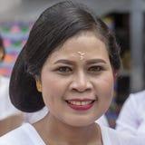 Η από το Μπαλί γυναίκα έντυσε σε ένα εθνικό κοστούμι για την τελετή οδών σε Gianyar, νησί Μπαλί, Ινδονησία Στοκ Εικόνες