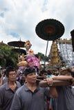 Η από το Μπαλί γυναίκα που ντύθηκε στα παραδοσιακά ενδύματα συνέχισε ένα άρμα σε Ubud, Μπαλί κατά τη διάρκεια της κηδείας βασιλικ Στοκ Εικόνες