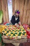 Η από το Μπαλί ινδή γυναίκα πωλεί τα φρέσκα λουλούδια σε μια παραδοσιακή καθημερινή αγορά οδών στοκ εικόνες