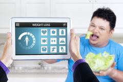 Η απώλεια app βάρους και το άτομο απολαμβάνουν τη σαλάτα Στοκ Φωτογραφία
