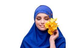 Η αραβική γυναίκα με το λουλούδι ορχιδεών που απομονώνεται στο λευκό Στοκ φωτογραφία με δικαίωμα ελεύθερης χρήσης