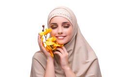 Η αραβική γυναίκα με το λουλούδι ορχιδεών που απομονώνεται στο λευκό Στοκ εικόνα με δικαίωμα ελεύθερης χρήσης