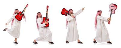Η αραβική κιθάρα παιχνιδιού ατόμων που απομονώνεται στο λευκό Στοκ Φωτογραφία