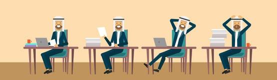 Η αραβική businessmaman συνεδρίαση στο γραφείο γραφείων σε διαφορετικό θέτει, σκληρή έννοια διαδικασίας επιχειρησιακών ατόμων εργ Στοκ φωτογραφία με δικαίωμα ελεύθερης χρήσης