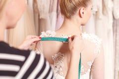 Η αρκετά μελλοντική νύφη προσπαθεί στον ιματισμό της Στοκ Εικόνα