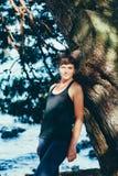 Η αρκετά νέα αθλήτρια συμμετέχει στην ικανότητα στην προκυμαία Θερινές διακοπές με τα οφέλη για την υγεία Στοκ Εικόνα