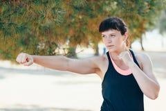 Η αρκετά νέα αθλήτρια συμμετέχει στην ικανότητα στην προκυμαία Θερινές διακοπές με τα οφέλη για την υγεία Στοκ φωτογραφία με δικαίωμα ελεύθερης χρήσης