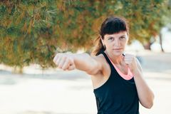 Η αρκετά νέα αθλήτρια συμμετέχει στην ικανότητα στην προκυμαία Θερινές διακοπές με τα οφέλη για την υγεία Στοκ Εικόνες