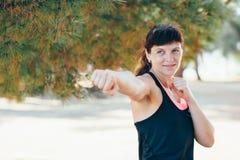 Η αρκετά νέα αθλήτρια συμμετέχει στην ικανότητα στην προκυμαία Θερινές διακοπές με τα οφέλη για την υγεία Στοκ Φωτογραφία