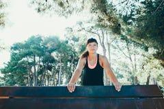 Η αρκετά νέα αθλήτρια συμμετέχει στην ικανότητα στην προκυμαία Θερινές διακοπές με τα οφέλη για την υγεία Στοκ εικόνα με δικαίωμα ελεύθερης χρήσης