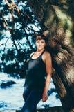 Η αρκετά νέα αθλήτρια συμμετέχει στην ικανότητα στην προκυμαία Θερινές διακοπές με τα οφέλη για την υγεία Στοκ φωτογραφίες με δικαίωμα ελεύθερης χρήσης