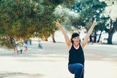 Η αρκετά νέα αθλήτρια συμμετέχει στην ικανότητα στην προκυμαία Θερινές διακοπές με τα οφέλη για την υγεία Στοκ εικόνες με δικαίωμα ελεύθερης χρήσης