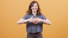Η αρκετά νέα γυναίκα που ανακαλύπτει τις καλές ειδήσεις και παίρνει συγκινημένη φιλμ μικρού μήκους