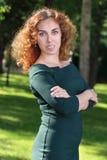 Η αρκετά νέα γυναίκα στο φόρεμα θέτει μεταξύ των δέντρων Στοκ φωτογραφίες με δικαίωμα ελεύθερης χρήσης