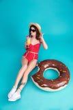 Η αρκετά νέα κυρία έντυσε στα swimwear φορώντας γυαλιά ηλίου Στοκ Εικόνα
