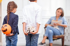 Η αρκετά φιλική οικογένεια ξοδεύει το χρόνο από κοινού Στοκ Εικόνες