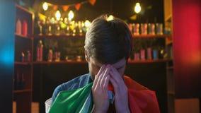 Η αρσενική κυματίζοντας σημαία ανεμιστήρων της Ιταλίας στο φραγμό για την ήττα εθνικών ομάδων απόθεμα βίντεο