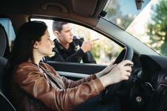 Η αρσενική σπόλα σε ομοιόμορφο ανοίγει το δρόμο στο θηλυκό οδηγό στοκ φωτογραφίες με δικαίωμα ελεύθερης χρήσης