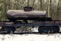 η αρχαΐζουσα δεξαμενή με το σολάρηο είναι στα ξύλα μολύνει το χώμα και τον αέρα Στοκ Εικόνες
