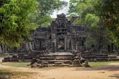 Η αρχαία άποψη ναών κοντά σε Angkor Wat, Siem συγκεντρώνει, Καμπότζη Καταστροφή πυλών ναών στην πρασινάδα Στοκ Φωτογραφία