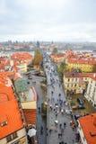 Η αρχαία γέφυρα του Charles διασχίζει τον ποταμό Vltava στην Πράγα, Δημοκρατία της Τσεχίας Οι τουρίστες περπατούν κατά μήκος της  Στοκ Φωτογραφία