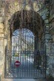 Η αρχαία πύλη κάστρων πέρα από την πρόσβαση αρνήθηκε το σημάδι Στοκ φωτογραφίες με δικαίωμα ελεύθερης χρήσης